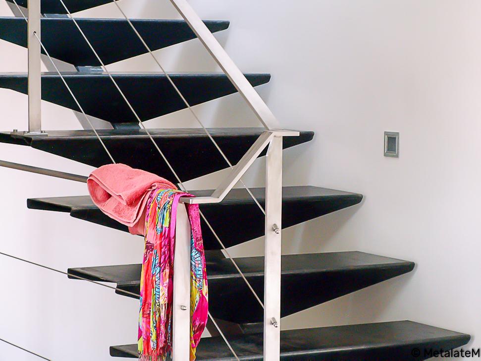 Escalier tout métal, à limon central. Résolument moderne, la rampe et le garde corps sont à câbles.