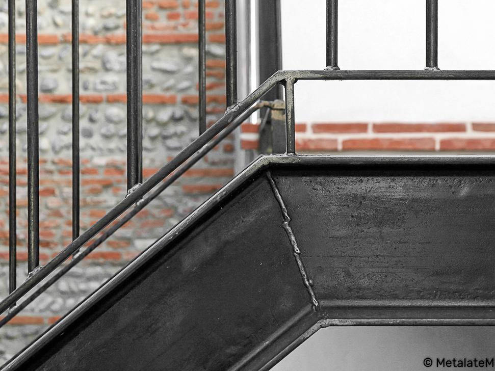 Escalier extérieur métal et bois. Inspiration industrielle de la structure.