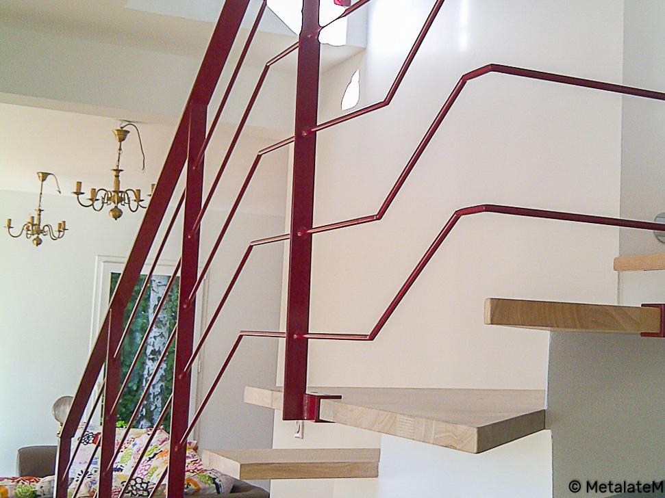 Escalier métal et marches en bois. La couleur et la forme de la rampe donne une touche moderne à cet ensemble.