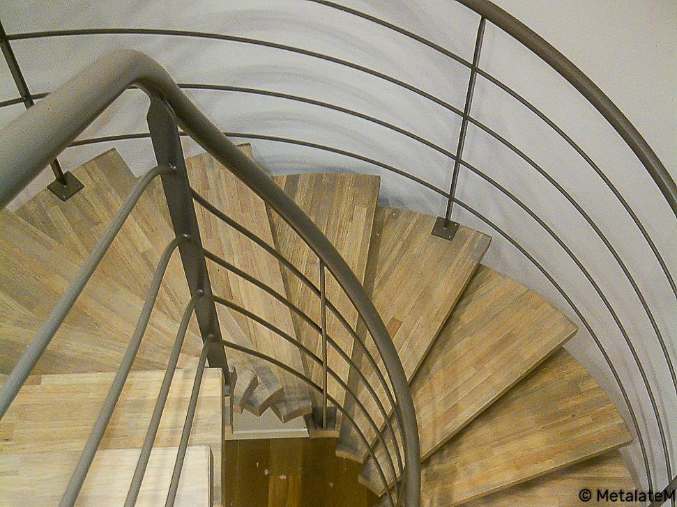 Escalier balancé, métal et bois.