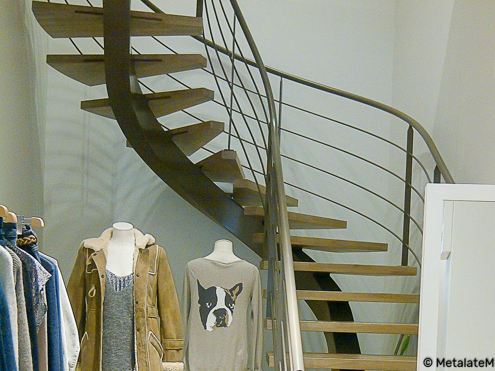 Escalier balancé métal et bois, à limon central caissonné. Les courbes du limon renvoie à la fluidité de la ligne de foulée.