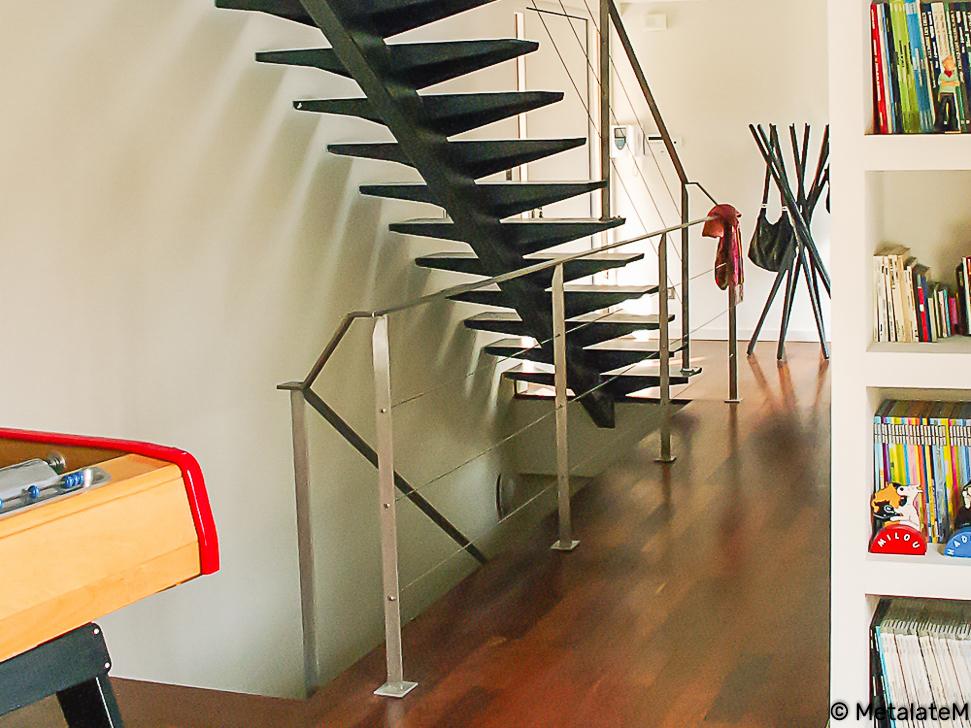 Escalier tout métal, à limon central. Résolument moderne, la rampe et le garde corps sont à cables.
