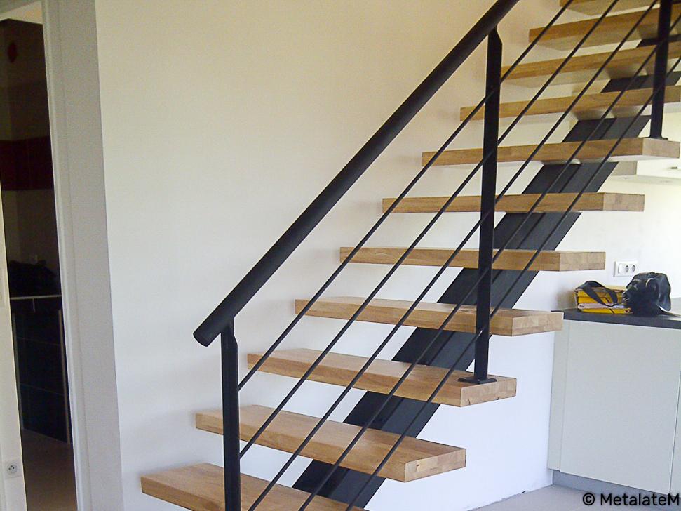 Escalier droit à limon central et marches en bois.