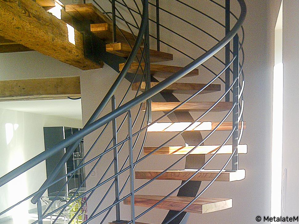 Escalier tournant à limon central caissonné.