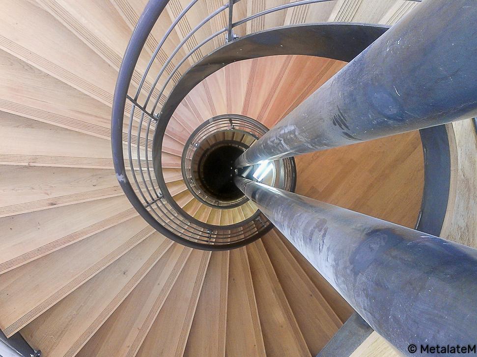 Escalier hélicoïdal sur plusieurs niveaux avec deux fûts centraux.
