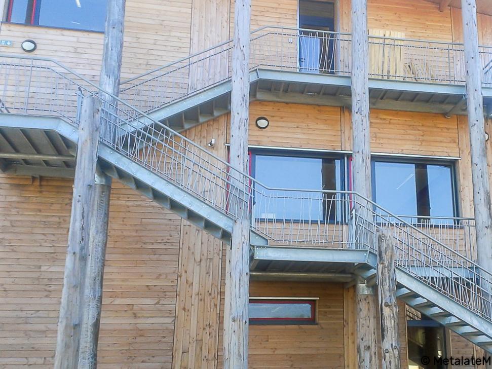 Escalier d'extérieur avec paliers et design de rampe aléatoire.