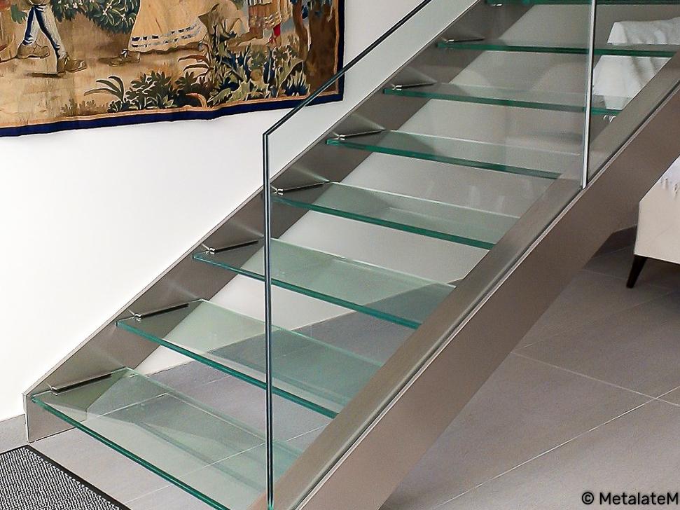 Escalier double limons marches et rampe en verre.