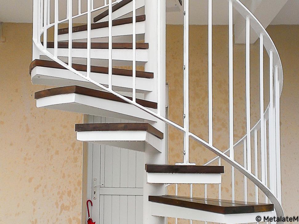 Escalier colimaçon extérieur métal et bois.