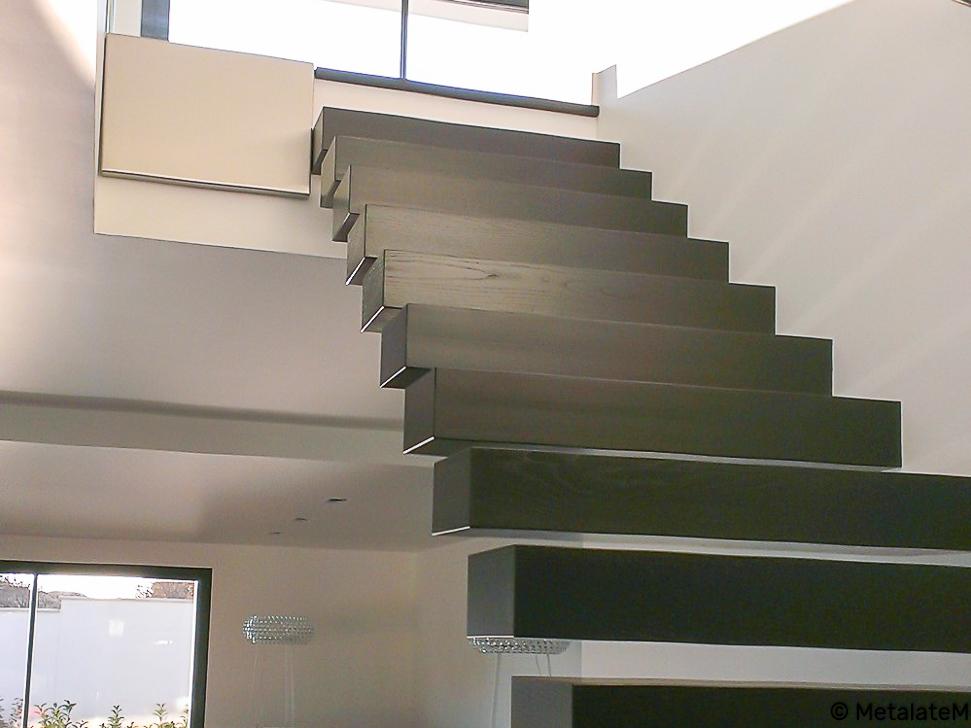 Escalier suspendus. La structure porteuse est fixée au mur d'échiffre.