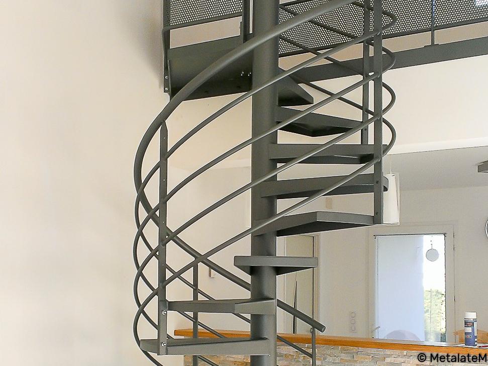 Escalier colimaçon tout en métal. Il minimise l'emprise au sol.