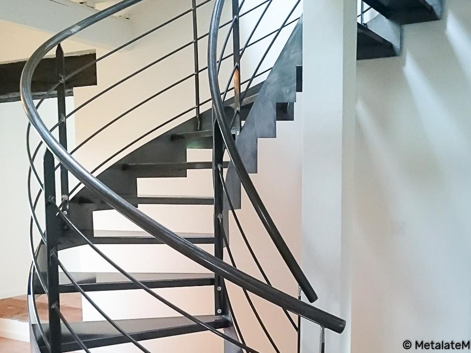 Escalier en métal avec limons à crémaillères inversées.