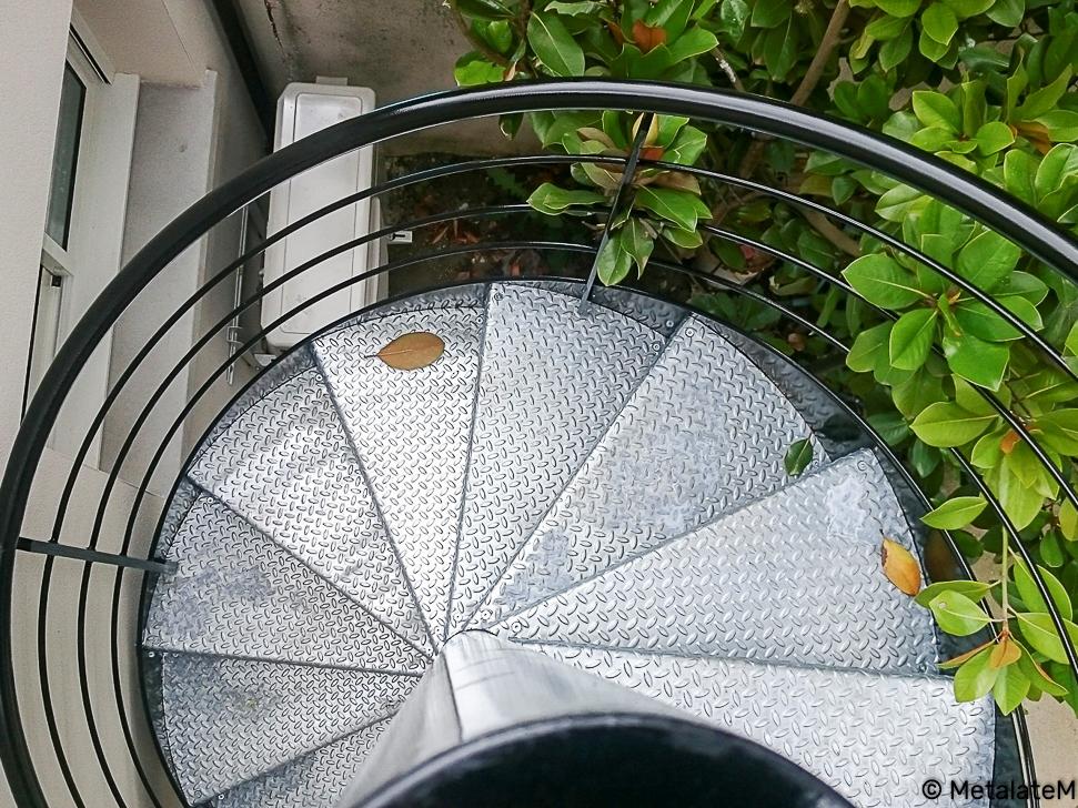 Escalier hélicoïdal d'extérieur en métal avec marches galvanisées.