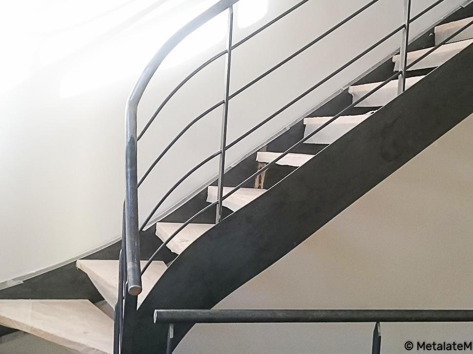 Escalier métal à double limons et marches en bois balancées.