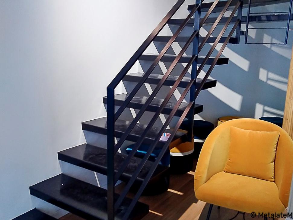 Escalier suspendus. La structure porteuse est fixée au mur d'échiffre. La rampe ets fixée aux marches.