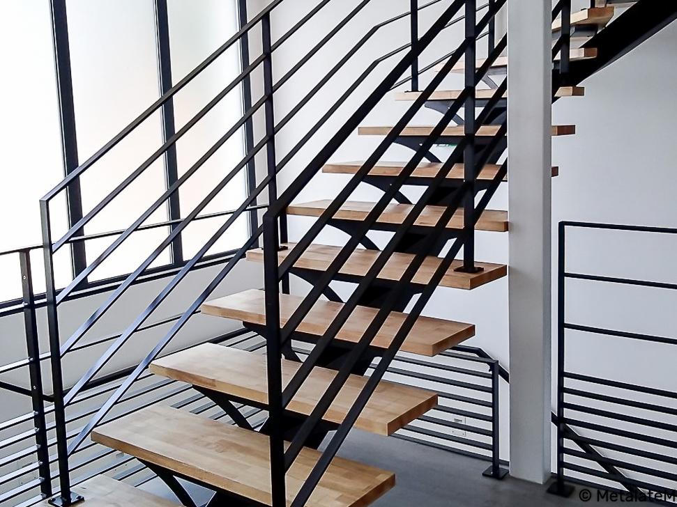 Escalier à limon central et support de marche ajouré.