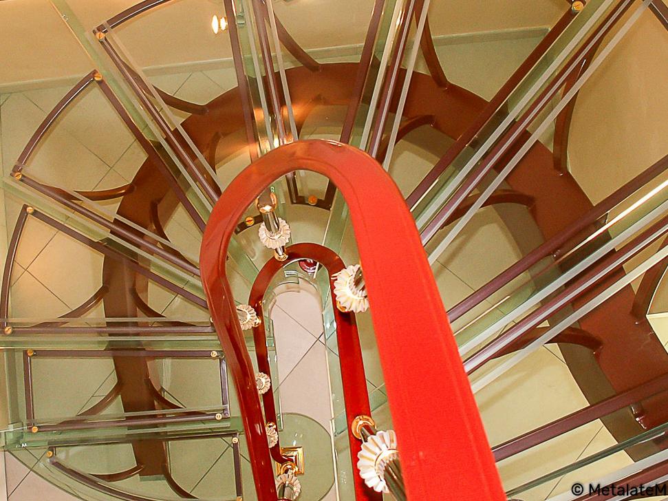 Escalier demi tournant à limon central caissonné. Tout en transparence avec ses marches en verres.