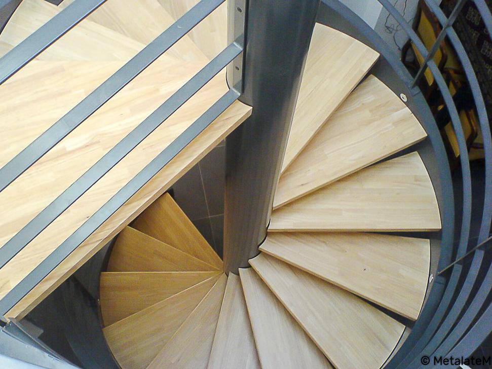 Escalier colimaçon métal et bois.