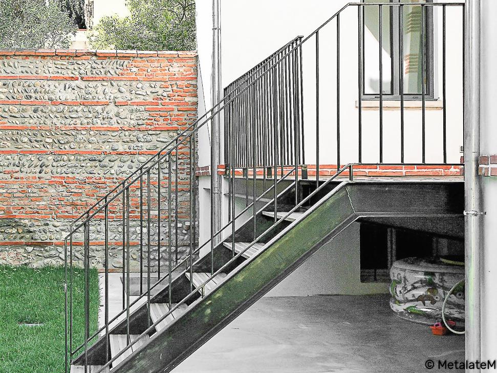 Escalier extérieur métal et bois. Inspiration industrielle.
