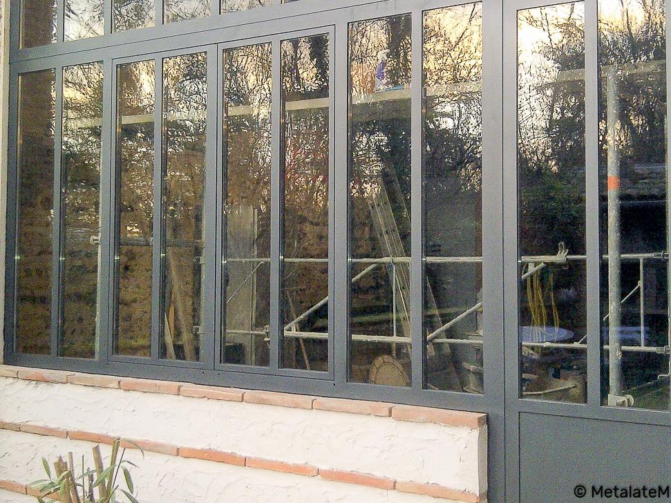 Ensemble d'une porte et d'une verrière type atelier pour cette belle rénovation..
