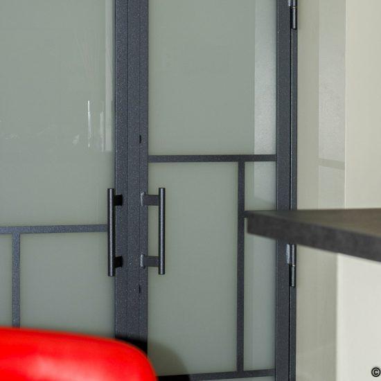 Porte de dressing sur mesure. Un design contemporain avec ses surimpressions géométriques en métal.