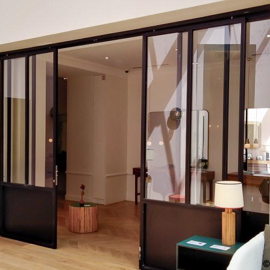Portes coulissantes métalliques et design pour la séparation de deux espaces.