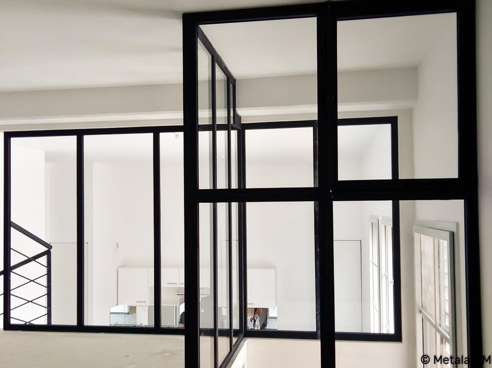 Cloison vitrée moderne pour cette mezzanine.