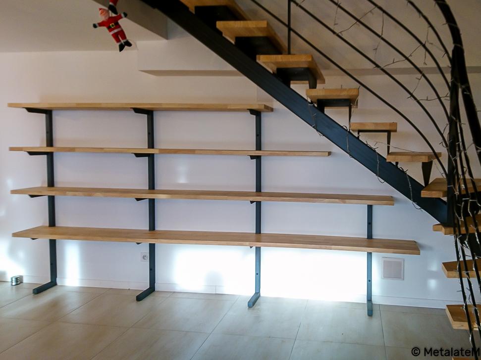 Bibliothèque métal et bois sous escalier.